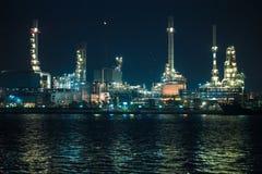 Scenico della pianta petrochimica della raffineria di petrolio splende alla notte fotografia stock libera da diritti