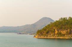 Scenico sulla diga Kanchanaburi di Srinakarin Immagini Stock