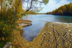 Scenics del fiume di autunno con la barca Immagini Stock Libere da Diritti