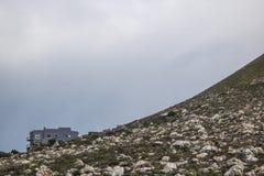 Sceniczna Clarence przejażdżki góra i dom między Gordon ` s zatoką i Rooiels w Zachodnim przylądku, Południowa Afryka zdjęcie stock