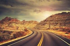 Sceniczna droga przy zmierzchem, kolor tonował obrazek zdjęcie stock