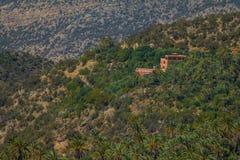 Sceniczna halna dolina z dzikimi lasami w atlant górach fotografia royalty free