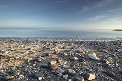 Sceniczna Kamienista plaża w ranku świetle zdjęcia stock