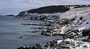 Sceniczna linia brzegowa w zatoczce, wodołazie i labradorze kieszonki, obraz royalty free