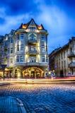 Sceniczna nocy Lviv pejzażu miejskiego architektura na długim ujawnieniu zdjęcie royalty free