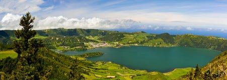 Sceniczna panorama Sete Citades krateru powulkaniczny jezioro w Sao Miguel Obrazy Stock