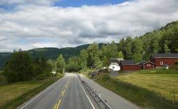 Sceniczna pusta droga w pięknych górach Norwegia Obrazy Royalty Free