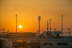 Sceniczna samolotowa sylwetka parkuj?ca wietrzy? schodka lotnisko przewozi samochodem kontrola lot?w przed s?o?cem przy wsch?d s? obrazy stock