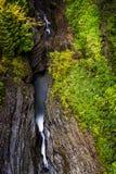 Sceniczna siklawa w jesieni Watkins roztoki stanu park - Watkins roztoka, Nowy Jork - Szepczący spadek - Obrazy Stock