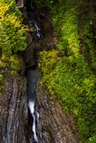Sceniczna siklawa w jesieni Watkins roztoki stanu park - Watkins roztoka, Nowy Jork - Szepczący spadek - Fotografia Royalty Free
