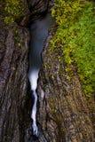 Sceniczna siklawa w jesieni Watkins roztoki stanu park - Watkins roztoka, Nowy Jork - Szepczący spadek - Fotografia Stock