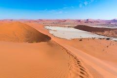 Sceniczna Sossusvlei, Deadvlei, gliny i soli niecka otaczająca majestatycznymi piasek diunami, Namib Naukluft park narodowy, głów Obraz Royalty Free
