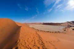 Sceniczna Sossusvlei, Deadvlei, gliny i soli niecka otaczająca majestatycznymi piasek diunami, Namib Naukluft park narodowy, podr Zdjęcie Stock