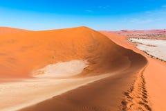 Sceniczna Sossusvlei, Deadvlei, gliny i soli niecka otaczająca majestatycznymi piasek diunami, Namib Naukluft park narodowy, podr Fotografia Stock
