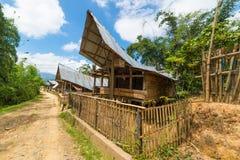 Sceniczna tradycyjna architektura, Taniec Toraja, Sulawesi, Indonezja Obrazy Stock