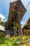 Sceniczna tradycyjna architektura, Taniec Toraja, Sulawesi, Indonezja Zdjęcia Royalty Free