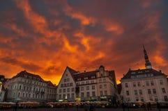 Sceniczna wieczór panorama urzędu miasta kwadrat Raekoja Plats w Starym miasteczku w Tallinn, Estonia obraz stock