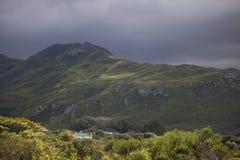 Sceniczne Clarence przejażdżki góry i gospodarstwa rolne między Gordon ` s zatoką i Rooiels w Zachodnim przylądku, Południowa Afr zdjęcie stock