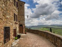 Sceniczne miasto ściany w średniowiecznym miasteczku Pienza, Tuscany obraz stock