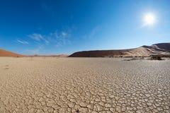Sceniczne piasek diuny i pękająca gliniana niecka w Sossusvlei, Namib Naukluft parku narodowym, najlepszy turyście i podróży przy zdjęcia stock