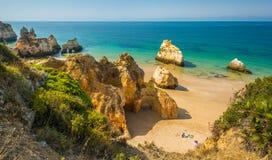 Sceniczne złote falezy blisko Alvor, Portimao, Algarve, Portugalia zdjęcia stock