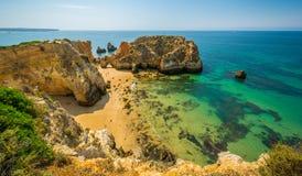 Sceniczne z?ote falezy blisko Alvor, Portimao, Algarve, Portugalia obraz stock