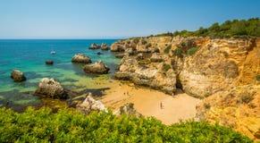 Sceniczne z?ote falezy blisko Alvor, Portimao, Algarve, Portugalia zdjęcie stock
