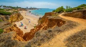 Sceniczne z?ote falezy blisko Alvor, Portimao, Algarve, Portugalia fotografia stock