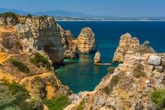 Sceniczne z?ote falezy i szmaragd woda w Ponta da Piedade, Lagos, Algarve, Portugalia fotografia stock