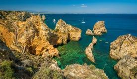 Sceniczne z?ote falezy i szmaragd woda w Ponta da Piedade, Lagos, Algarve, Portugalia zdjęcia stock