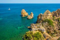 Sceniczne z?ote falezy i szmaragd woda w Ponta da Piedade, Lagos, Algarve, Portugalia obraz royalty free
