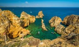 Sceniczne z?ote falezy i szmaragd woda w Ponta da Piedade, Lagos, Algarve, Portugalia zdjęcie stock