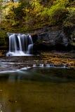 Sceniczni siklawy & jesieni kolory Ithaca, Nowy Jork - Treman stanu park - zdjęcia stock