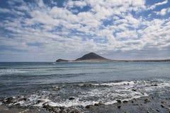 Sceniczni widoki na słonecznym dniu z altocumulus chmurami w kierunku Montana Roja od Playa Grande, w El Medano, Tenerife, wyspa  zdjęcie stock