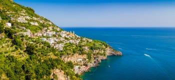 Sceniczny Amalfi wybrzeże z zatoką Salerno przy zmierzchem, Włochy Zdjęcie Stock