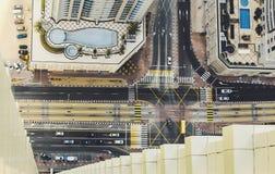 Sceniczny dachu widok nad drogowym skrzyżowaniem w Dubaj Marina obraz royalty free