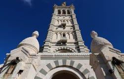 Sceniczny kamienny dzwonkowy wierza Notre Damae de losu angeles Garde bazylika, Marseille, Francja fotografia royalty free