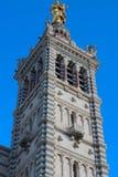 Sceniczny kamienny dzwonkowy wierza Notre Damae de losu angeles Garde bazylika, Marseille, Francja fotografia stock