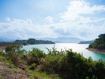 Sceniczny krajobraz duża rzeki, rezerwuaru tama z lasem i obraz stock