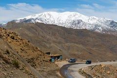 Sceniczny krajobraz krzyżuje atlanta pasmo górskie od Ait Benhaddou w Sahara Marrakech w Maroko z śniegiem zakrywał górę zdjęcia stock