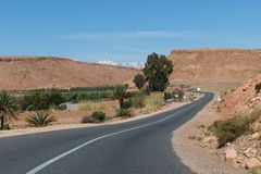 Sceniczny krajobraz krzyżuje atlanta pasmo górskie od Ait Benhaddou w Sahara Marrakech w Maroko z śniegiem zakrywał górę obraz stock
