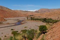 Sceniczny krajobraz krzyżuje atlanta pasmo górskie od Ait Benhaddou w Sahara Marrakech w Maroko z śniegiem zakrywał górę fotografia royalty free