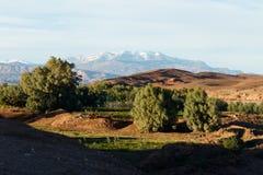 Sceniczny krajobraz wzdłuż poprzedniej karawanowej trasy między Marrakech w Maroko z śniegiem i Sahara zakrywał atlanta pasmo gór obrazy royalty free