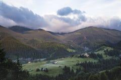 Sceniczny lato g?r widok z chmurnym niebem carpathians zdjęcia stock