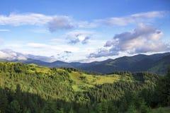 Sceniczny lato g?r widok z chmurnym niebem carpathians fotografia stock