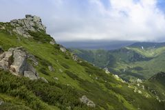 Sceniczny lato g?r widok z chmurnym niebem carpathians obraz royalty free