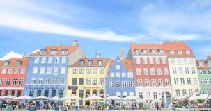Sceniczny lato widok Nyhavn mola chanel z kolorów budynkami, statki, jachty, łodzie, unident Kopenhaga Dani, Sierpień - 25, 2014  Zdjęcie Royalty Free