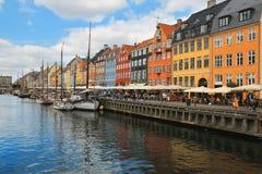 Sceniczny lato widok Nyhavn molo w Kopenhaga, Dani obrazy stock