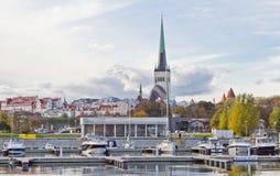 Sceniczny lato widok Stary miasteczko i port w Tallinn, kolorowy Estonia w jasnej pogodzie Jachty są w porcie fotografia stock