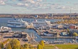 Sceniczny lato widok Stary miasteczko i port w Tallinn, kolorowy Estonia w jasnej pogodzie Jachty są w porcie na widok obraz royalty free